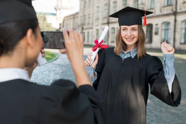 卒業時にお互いの写真を撮る学生