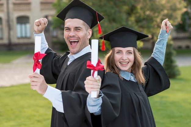 卒業を祝う若い学生たち