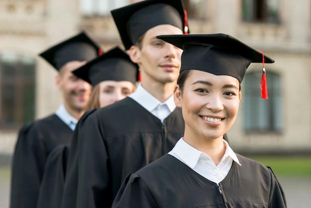 卒業を祝っている学生のグループの肖像画
