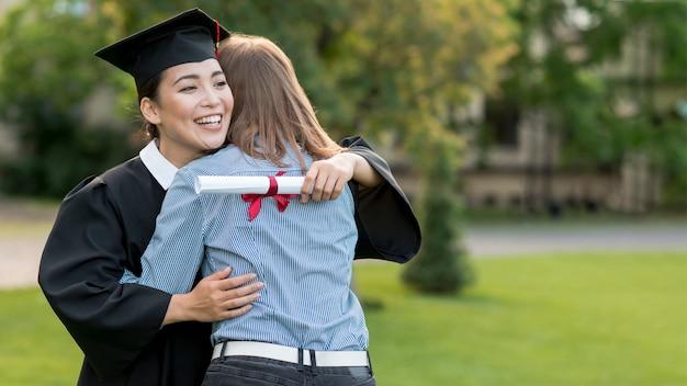 Молодые студенты празднуют свой выпускной