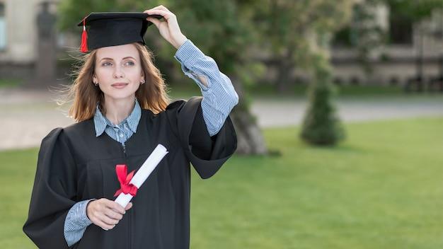 幸せな女の肖像画と卒業の概念