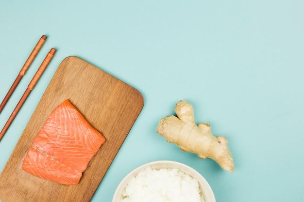 Вид сверху ингредиентов для суши