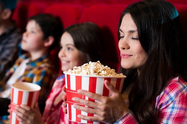 Счастливая семья сидит в кино