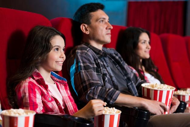 幸せな家族の映画館に座っています。