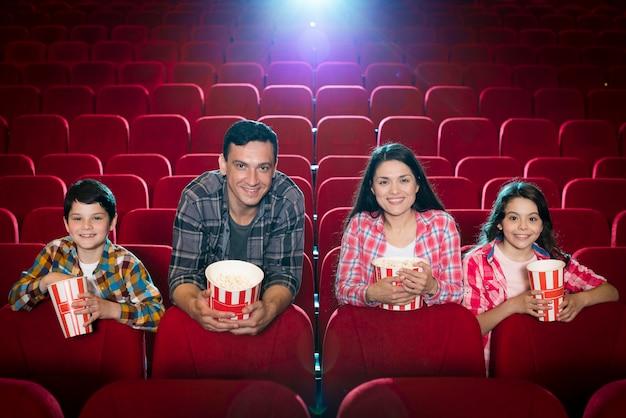 映画館で映画を見ている家族