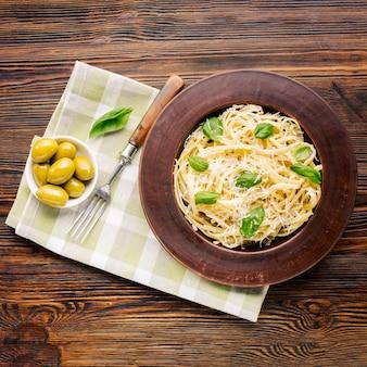 Плоская итальянская пищевая композиция