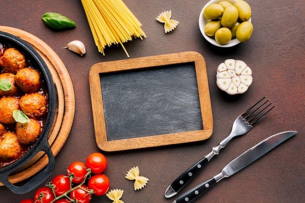 Плоская планировка итальянская пищевая композиция с грифельным шаблоном