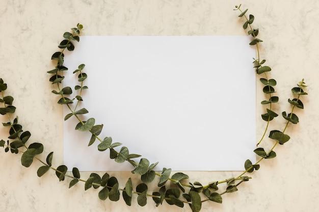 Плоский шаблон бумажной карты с листьями