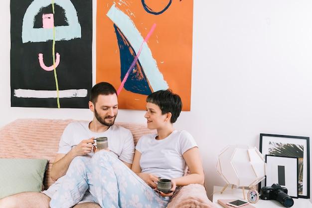 朝のコーヒーを飲むカップル