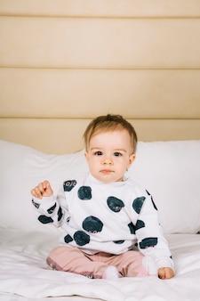 Ребенок в постели утром