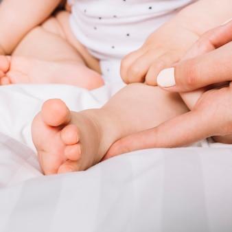 Крупным планом ребенка в постели