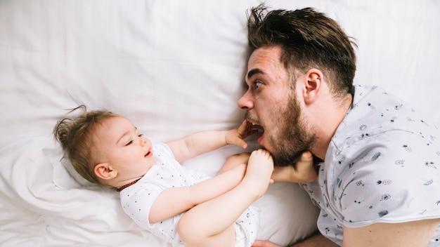 Отец с ребенком на кровати