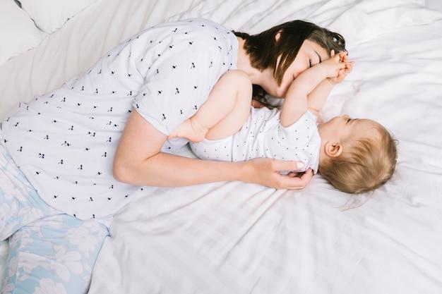 ベッドの中で赤ちゃんと母親