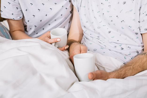 ベッドの中でカップルのクローズアップ