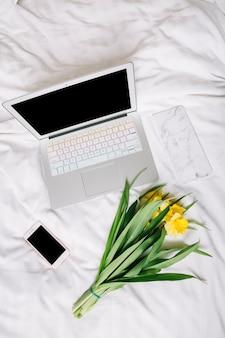 ベッドでノートパソコンのトップビュー