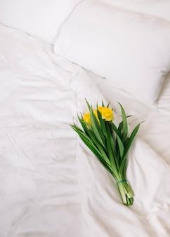 ベッドの中で花の上から見る