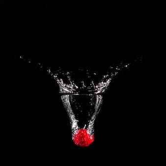 Клубника, погружаясь в воду