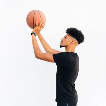 Молодой черный человек готовится бросить баскетбол