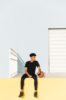 バスケットボールを持つ現代の民族男
