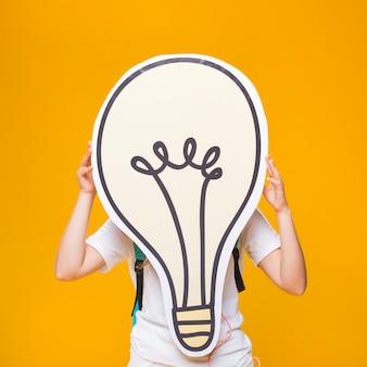 大きな電球を持つ女子高生の肖像画