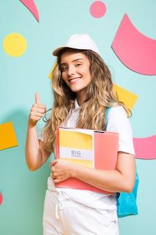 Портрет школьницы на фоне стиля мемфис