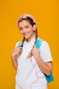 黄色の背景に女子高生の肖像画