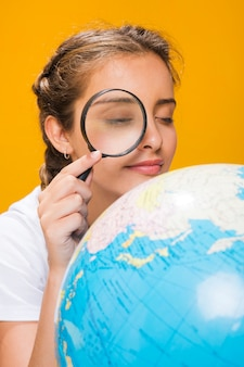 Портрет школьницы с глобусом