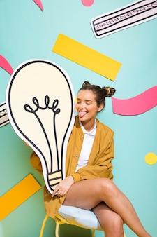 Портрет школьницы с большой лампочкой