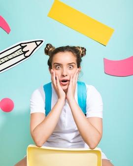 Портрет школьницы на фоне мемфиса