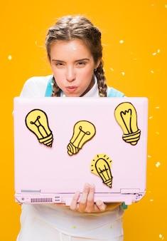 Портрет школьница учится с ноутбуком