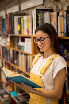 Подростковая студентка читает книгу