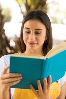 注意深く本を読んで若いきれいな女性