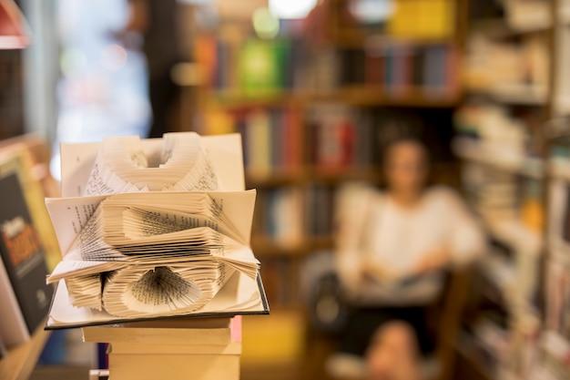 図書館で読んでいる人に対する本のページの芸術