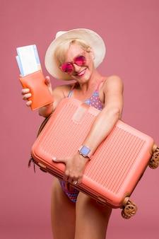 Портрет среднего возраста женщина собирается на летние каникулы