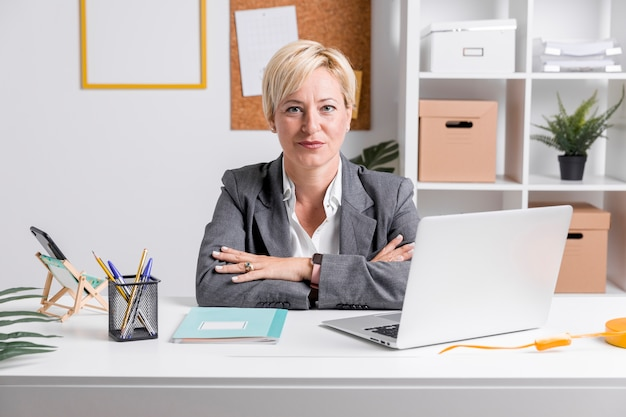 オフィスで中年の実業家の肖像画