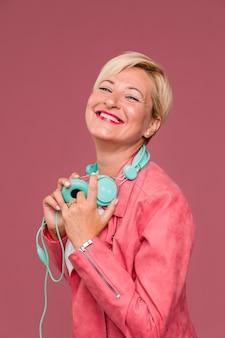 ヘッドフォンで中年の女性の肖像画