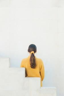 ポニーテールを持つ女性の背面図