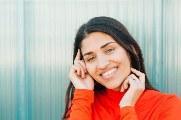 段ボールの壁に対してポーズ笑顔の女性