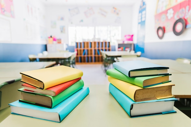 教室のテーブルの上の本