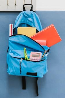 Детский рюкзак на крючке в классе