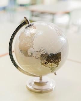 机の上の芸術的な白と銀の世界