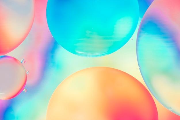 抽象的な色とりどりの泡の流れ