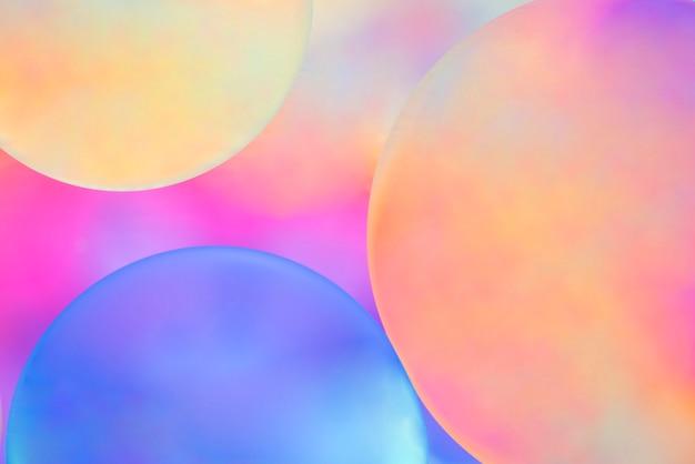 色付きの背景をぼかした写真に色とりどりの球