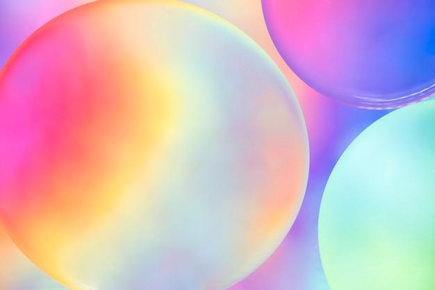 背景をぼかした写真に抽象的なカラフルなオイルの泡