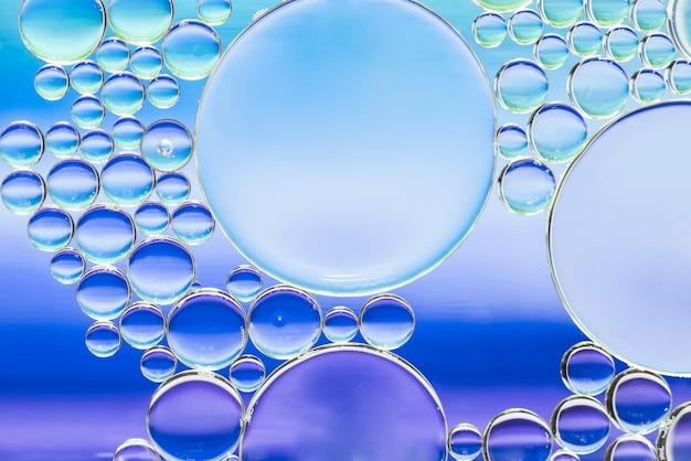 異なるブルーの抽象的な泡の質感