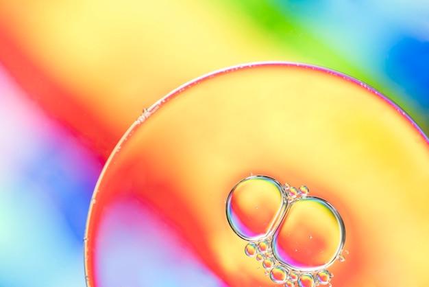 大きな虹の抽象的な泡の質感