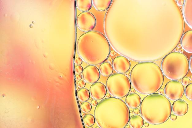 抽象的な黄色の様々な泡の質感