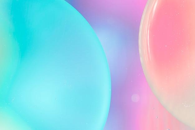 青とピンクの背景で水に酸素の泡
