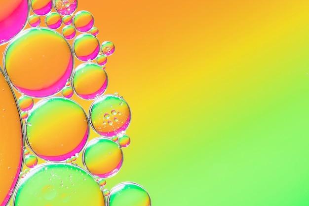 泡とオレンジと緑の抽象的な背景