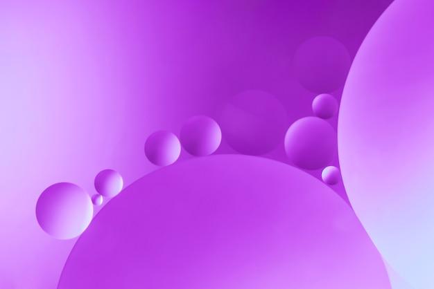 泡と明るい紫色の抽象的な背景